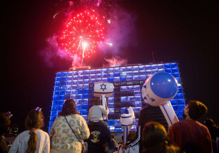 Orang Israel menonton kembang api selama pertunjukan untuk memperingati Hari Kemerdekaan ke-73 Israel, di alun-alun Rabin di Tel Aviv pada tanggal 14 April 2021 (kredit foto: Miriam Alster / Flash90).