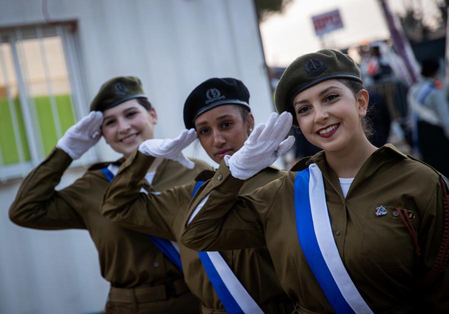 Tentara Israel terlihat sebelum dimulainya upacara peringatan Hari Kemerdekaan ke-73, yang diadakan di Gunung Herzl, Yerusalem pada tanggal 14 April 2021 (kredit foto: Yonatan Sindel / Flash90).
