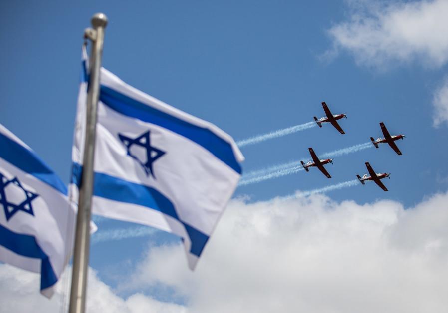 Tim aerobatik angkatan udara Israel terbang selama pelatihan militer untuk hari Kemerdekaan ke-73 Israel yang akan datang di Yerusalem, pada 12 April 2021 (kredit foto: Yonatan Sindel / Flash90).