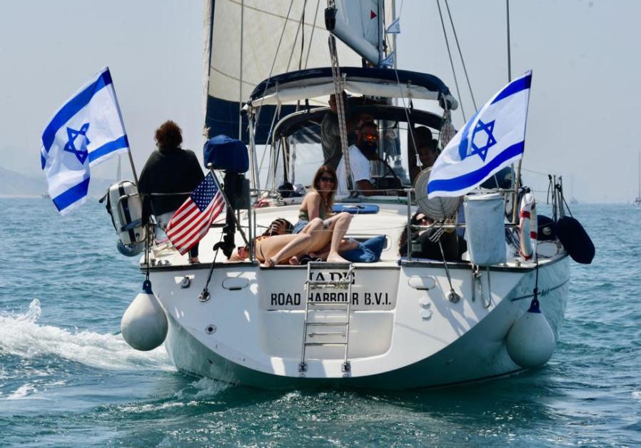 Kapal di lepas pantai Herzliya pada Hari Kemerdekaan ke-73 Israel 15 April 2021 (kredit foto Avshalom Sassoni / Maariv).