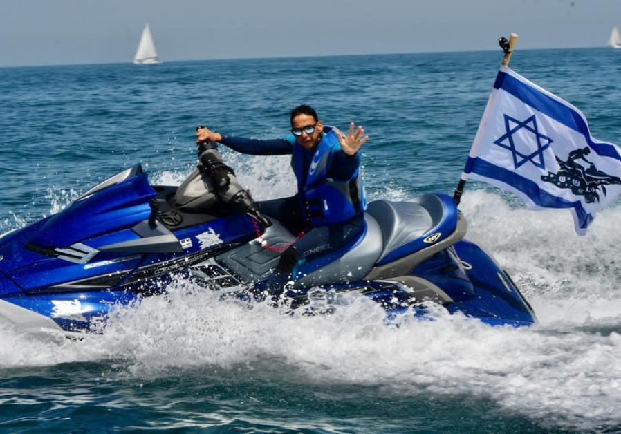 Jet ski di lepas pantai Herzliya merayakan Hari Kemerdekaan ke-73 Israel pada tanggal 15 April 2021 (kredit foto: Avshalom Sassoni / Maariv).