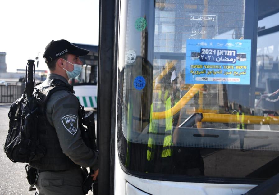 Hak atas foto Police Spokesperson's Unit Image caption Seorang petugas Polisi Perbatasan dan sebuah bus diarahkan untuk mengantar jamaah ke dan Dari Kota Tua Yerusalem, 16 April 2021