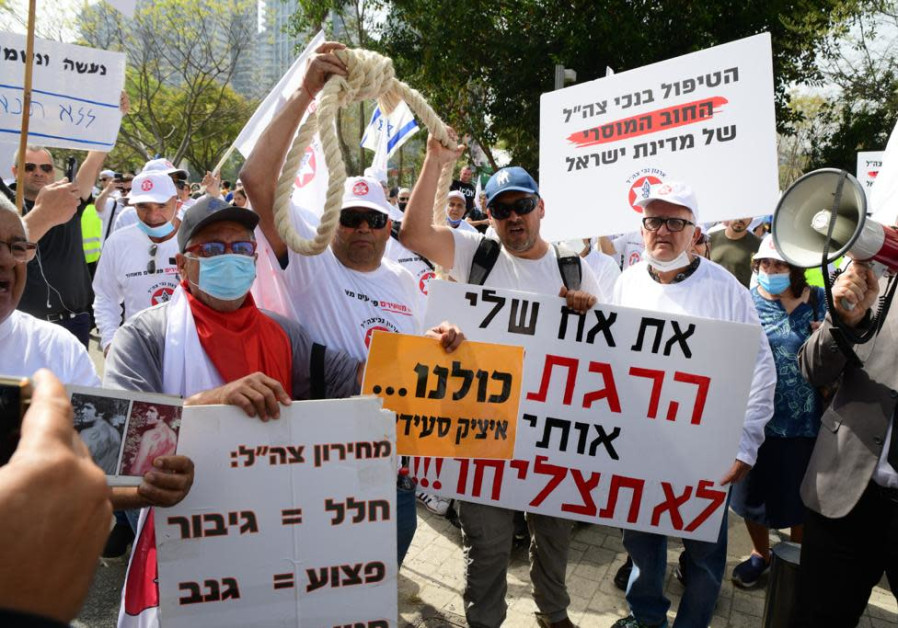 A protest by disabled IDF veterans in Tel Aviv, April 18, 2021 (Credit: Avshalom Sassoni/Maariv)