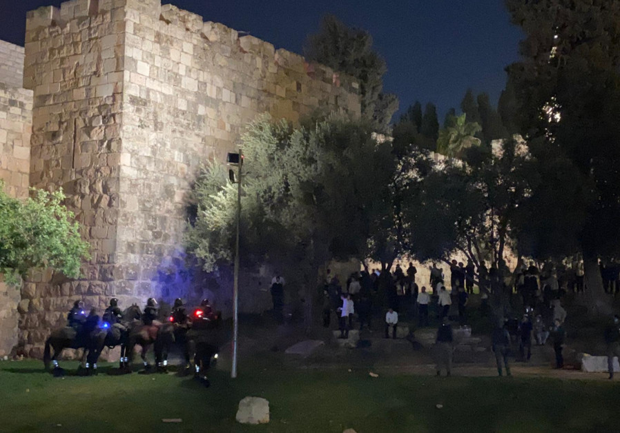 Police forces have begun to break up the protests, warning the protesters beforehand, starting to push them towards Highway 1. (Credit: ISRAEL POLICE)