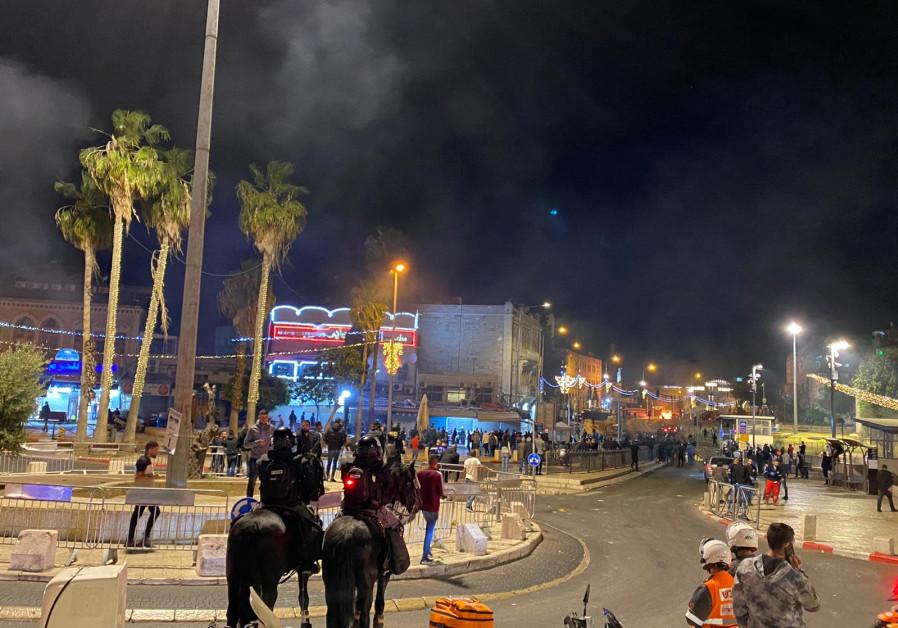 Kebakaran membakar tempat sampah saat protes di Gerbang Damaskus di Kota Tua Yerusalem berlanjut, 22 April 2021. (Hak atas foto SETH J. FRANTZMAN)