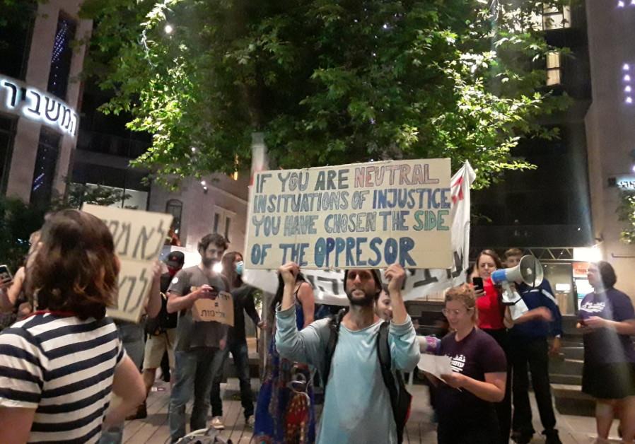 "Seorang pengunjuk rasa memegang tanda yang bertuliskan: ""Jika Anda netral dalam situasi ketidakadilan, Anda memilih sisi penindas,"" Yerusalem, 24 April 2021. (Sumber: Eve Young)"