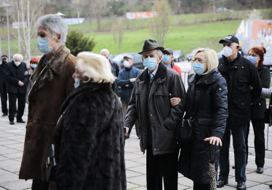 Hak atas foto SAMIR JORDAMOVIC / ANADOLU AGENCY VIA GETTY IMAGES Orang berusia di atas 75 tahun antre untuk menerima dosis COVID-19 di gedung olahraga di Sarajevo, Bosnia dan Herzegovina, 21 April 2021.