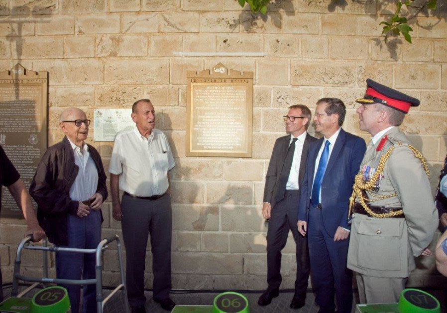 Historian Shmuel Giler, former IAF Commander Dan Tolkowsky, Tel Aviv Mayor Ron Huldai, UK Ambassador to Israel Neil Wigan, Jewish Agency Chairman Isaac Herzog and UK Defence Attaché Colonel Jim Priest stand by the plaque honouring Major Lionel Mansell Jeune. (Credit: Noa Guttmann)
