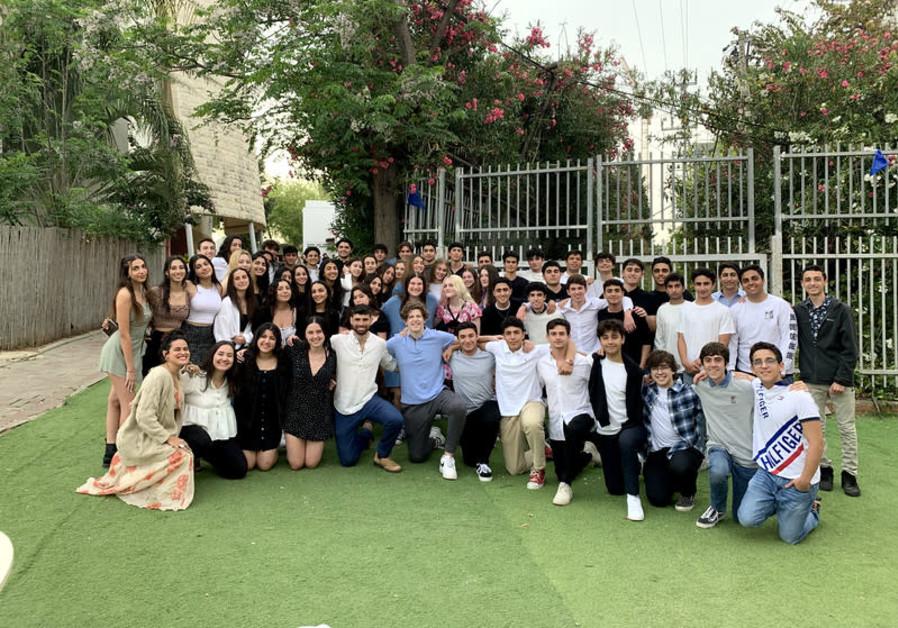 Milken Community School students prepare to welcome Shabbat. (Credit: JNF)