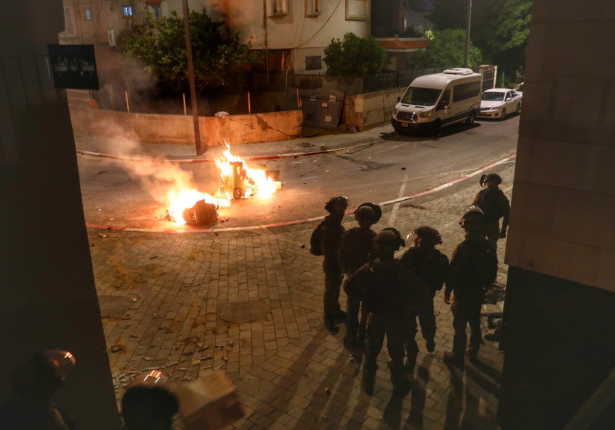 Police seen on the streets of the central Israeli city of Lod, where violence erupted this week between Jews and Arabs. (Yossi Aloni/Flash90)