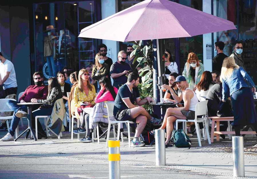 A CROWDED CAFE in Tel Aviv on Shabbat. (Avshalom Shoshani)