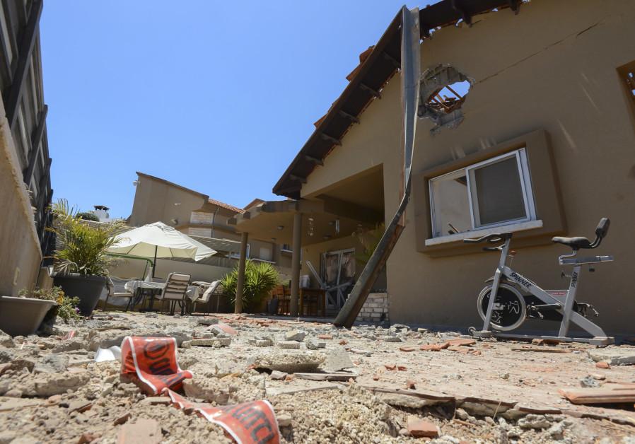 Deteriorarea unei case din orașul israelian Sderot, care a fost lovită de rachete lansate de militanții Hamas în Gaza, Israel.  15 mai 2021 (AVI ROCCAH / FLASH90)