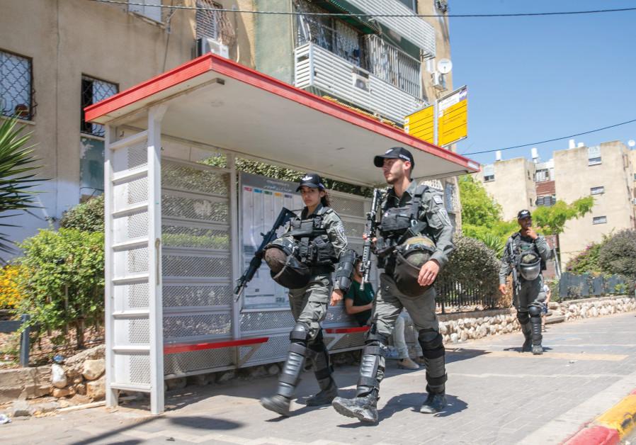 BORDER POLICE patrol the Lod streets. (Credit: Yossi Aloni/Flash90)