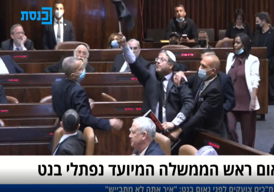 Religieus zionist M.K.  Ithamar Ben-Quir werd uit de Knesset gezet wegens verzet tegen de nieuwe regering.  Fotocredit: Knesset-kanaal