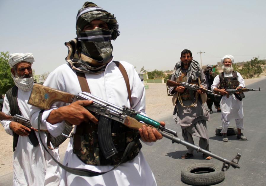D'anciens moudjahidines détiennent des armes pour soutenir les forces afghanes dans leur combat contre les talibans, à la périphérie de la province d'Herat, en Afghanistan, le 10 juillet 2021. (Crédit photo: Jalil Ahmad/Reuters)