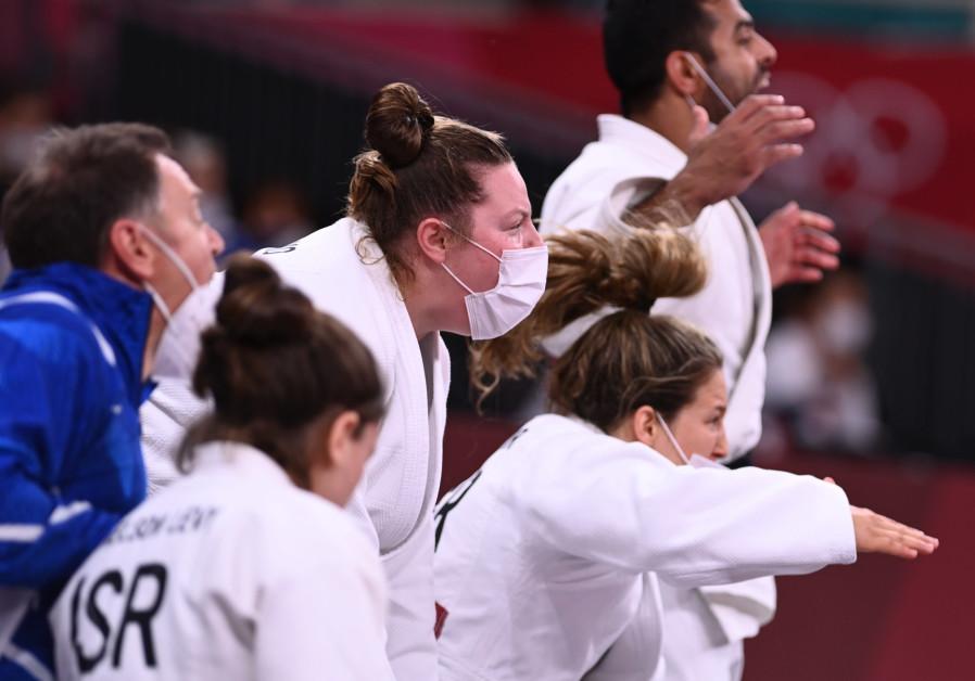 L'équipe d'Israël célèbre après avoir remporté le bronze dans le tournoi de judo par équipes mixtes. (Crédit: REUTERS/ANNEGRET HILSE)