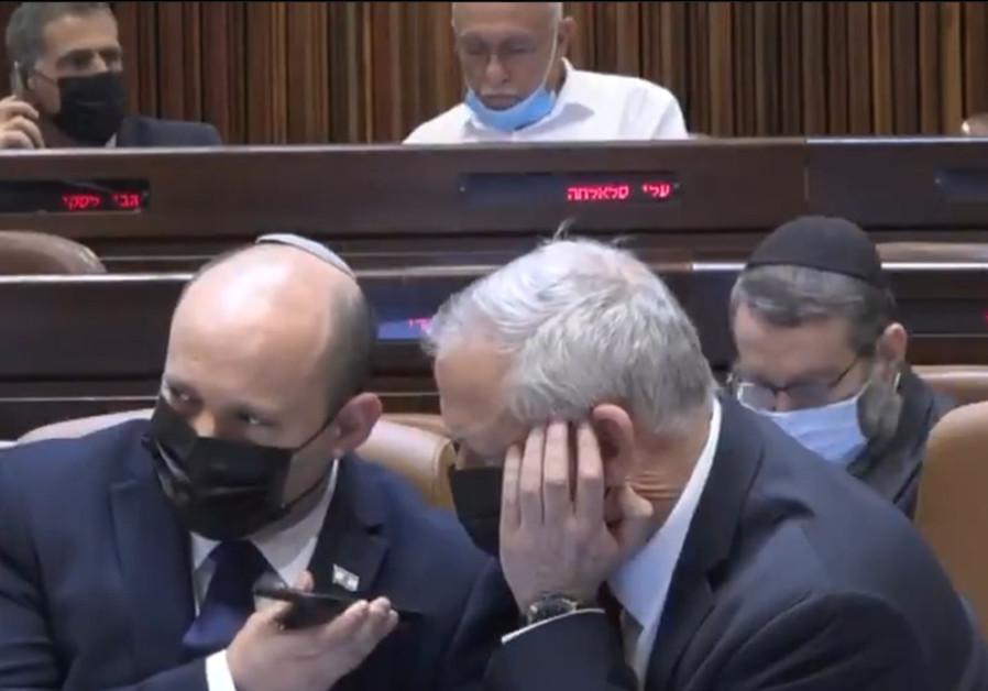 Le Premier ministre Naftali Bennett et le ministre de la Défense Benny Gantz ont été informés des tirs de roquettes du Liban alors qu'ils étaient au plénum de la Knesset. 4 août 2021. (SCREENSHOT KNESSET CHANNEL).