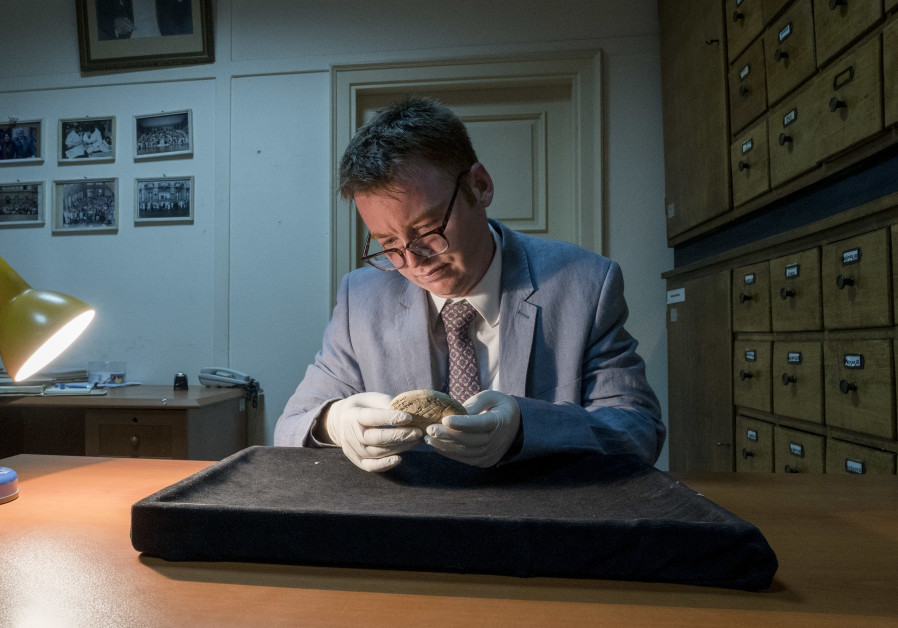 Dr. Daniel Mansfield studying tablet clay Si.427. (Photo credit: UNSW Sydney)