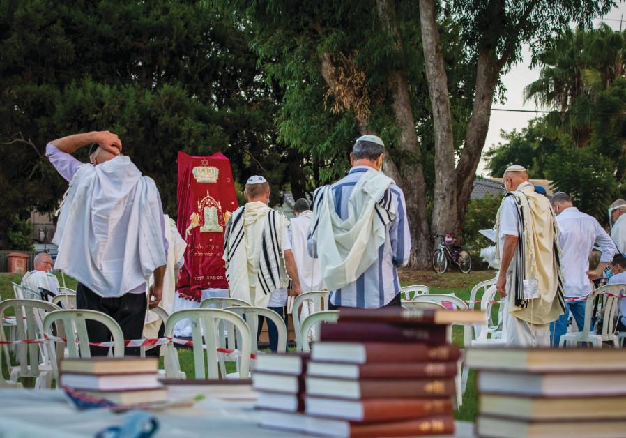 PRAYING AT the end of Yom Kippur in Moshav Haniel, September 2020 (CHEN LEOPOLD/FLASH90).