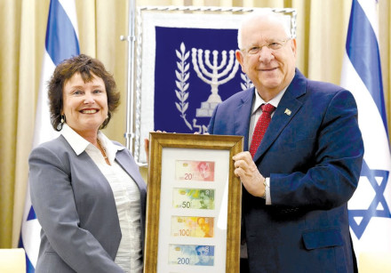 BANK OF ISRAEL Governor Karnit Flug delivers the new banknote series to President Reuven Rivlin.
