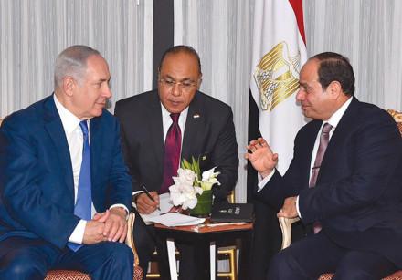 Egyptian President Abdel Fattah al-Sisi (right) speaks with Prime Minister Benjamin Netanyahu during