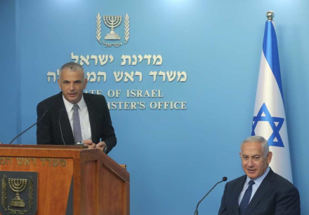 Finance Minister Moshe Kahlon [L] and Prime Minister Netanyahu at the announcement of the new Govern
