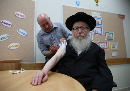 Health Minister Yakov Litzman  received the annual flu shot by Prof. Itamar Grotto in a school in Te