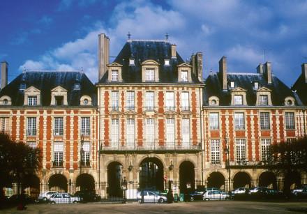 HE BEAUTIFUL buildings in Place des Vosges, Paris