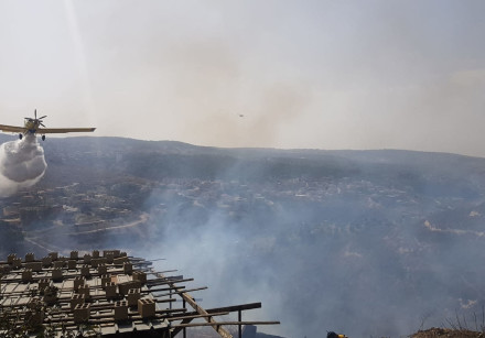 A firefighting plane works to extinguish a fire in Umm al-Fahm, October 22, 2018