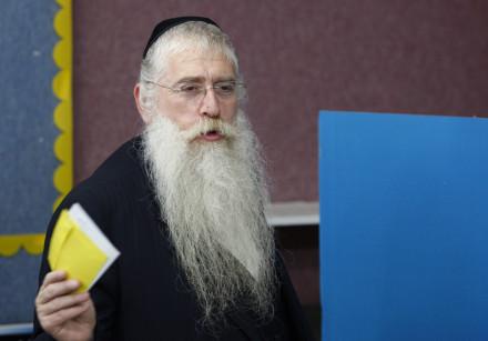 Ultra-Orthodox rabbi Meir Porush picks his ballot for the mayoral election in Jerusalem, 2008