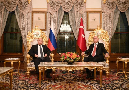 Russian President Vladimir Putin (L) meets with his Turkish counterpart Tayyip Erdogan in Istanbul