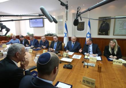 Naftali Bennett (foreground) looks on as Prime Minister Benjamin Netanyahu (C)