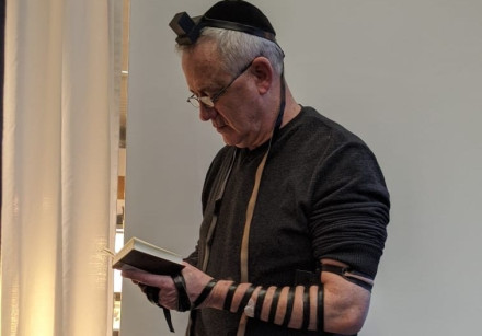 Blue and White leader Benny Gantz dons tefillin at Zurich Airport, Jan. 2020