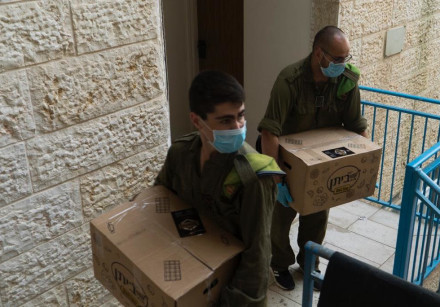 IDF soldiers in Beitar Illit delivering food packages to those in need.