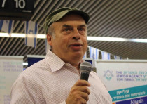 Natan Sharansky greets new immigrants at Ben Gurion airport.