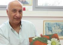 Prof. Shlomo Magdassi displays a glass tray with ink embedded inside