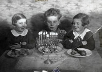 The Raifeld-Welner siblings celebrate Hanukka, 1936