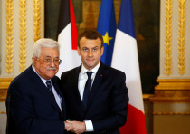 French President Emmanuel Macron (R) and Palestinian President Mahmoud Abbas deliver a press stateme