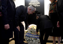 Prime Minister Benjamin Netanyahu and Moshe Holtzberg lay a wreath at the Chabad House in Mumbai.