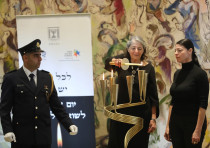 MK Merav Mikhaeli and mother Susie Kastner light a candle for Rudolph Kastner in Knesset ceremony