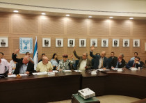 MKs voting in favor of the Pay for Slay bill Wednesday at the Knesset Foreign Affairs and Defense Co