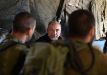 Defense Minister Avigdor Liberman at a military exercise, Aug 21, 2018
