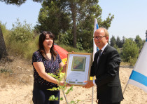 German Politician André Kuper is presented with a framed planting certificate by KKL-JNF