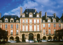 HE BEAUTIFUL buildings in Place des Vosges, Paris