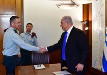Maj.-Gen. Aviv Kochavi (L) shakes hands with Prime Minister Benjamin Netanyahu (R) during a meeting