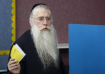 Ultra-Orthodox rabbi Meir Porush picks his ballot for the mayoral election in Jerusalem, 2008