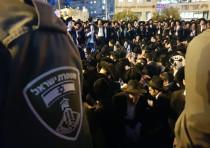 Haredim protesting the draft law in Jerusalem city center