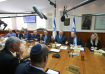 Naftali Bennett (foreground) looks on as Prime Minister Benjamin Netanyahu (C)