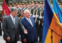 UKRAINIAN PRESIDENT Petro Poroshenko and his Israeli counterpart Reuven Rivlin walk past honor guard