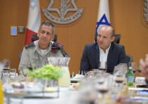 Defense Minister Naftali Bennett (Right) and IDF Chief of Staff Aviv Kochavi (Left)
